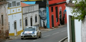Antes de enfrentarse a los tramos con los coches de competición, los pilotos los reconocen durante los entrenamientos.