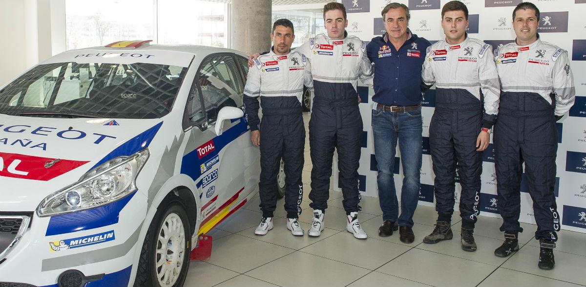 Carlos Sainz (en el centro) y el Peugeot España Racing Team.