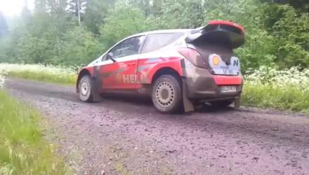 Hyundai prueba el nuevo i20 WRC junto al modelo anterior en Finlandia